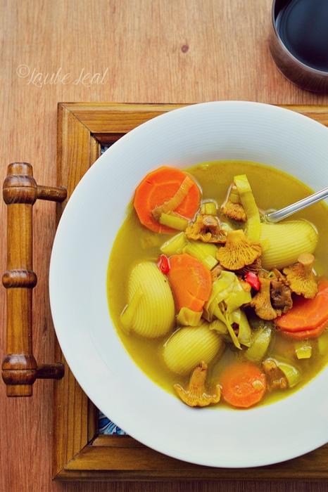 Sopa con galets y rebozuelos