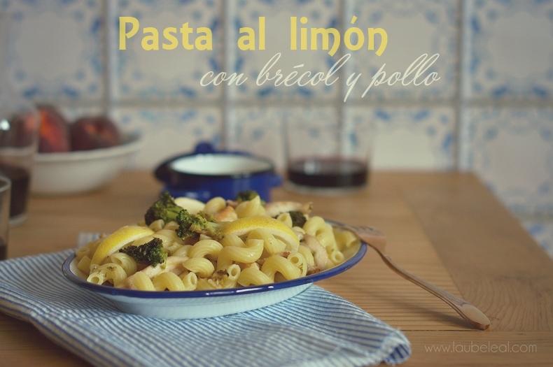 Pasta al limón, con brécol y pollo