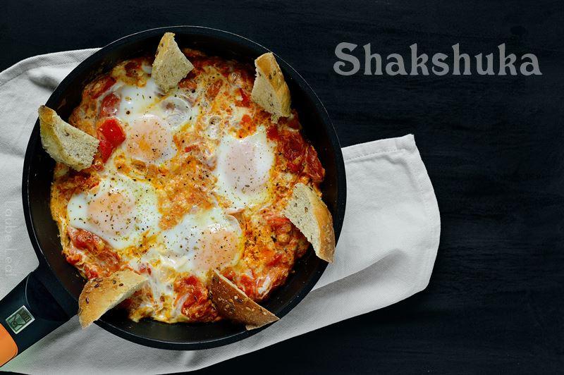 Huevos en salsa de tomate y pimientos rojos