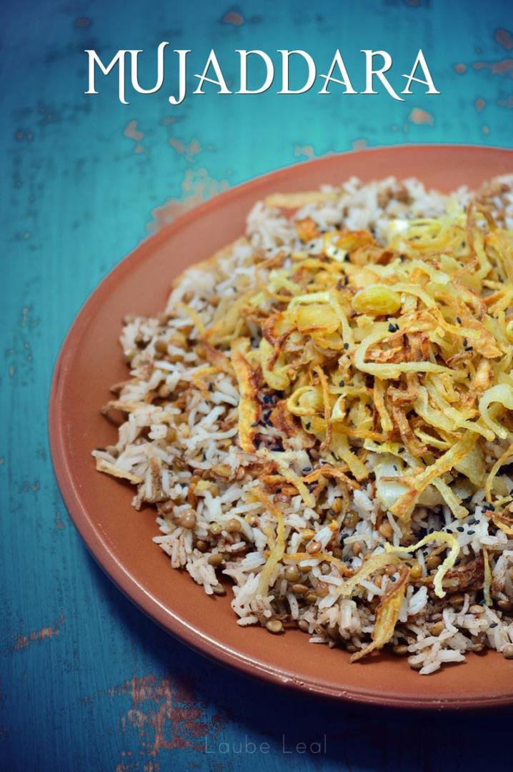 La mujaddara es un plato de arroz con lentejas y crujiente cebolla frita