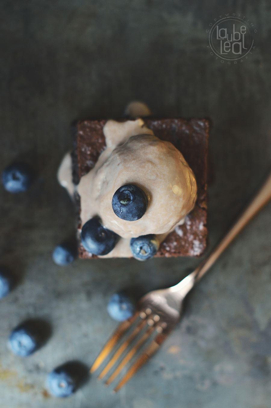 Brownie con arándanos frescos y sin harina