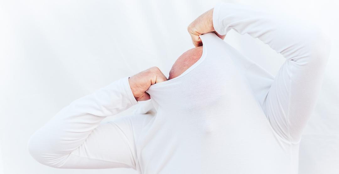 Hombre quitándose la camiseta